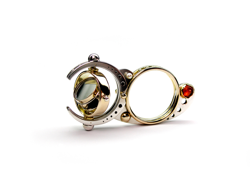16 – Interactive Mirror, A kinetic Ring. 14k gold, 925 sterling silver, mirror, carnelians, pearls. © Claudio Pino